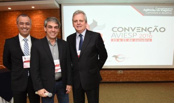 Luis Carlos Vargas, da Travelport, com Fernando Santos e Edmar Bull, presidentes de AVIESP e ABAV
