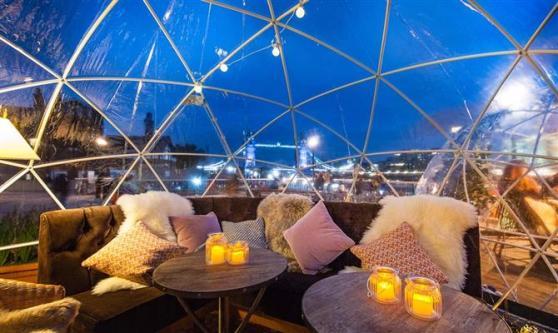 Como os iglus foram instalados no inverno, o espaço possui sistema de aquecimento e até cobertas