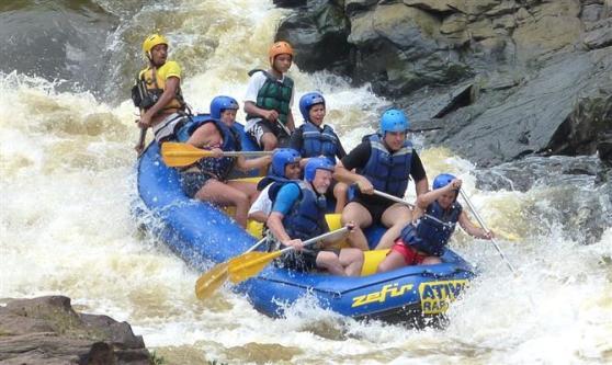 Agentes praticando rafting em Itacaré