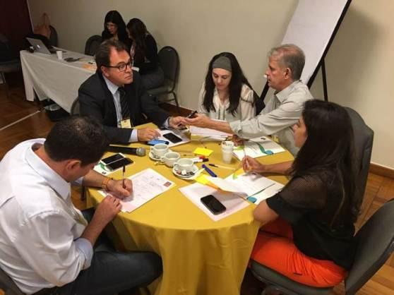 Tufi Michreff, Vinicius Lummertz e Marcelo Costa discutem estratégias do novo planejamento com servidoras da Embratur