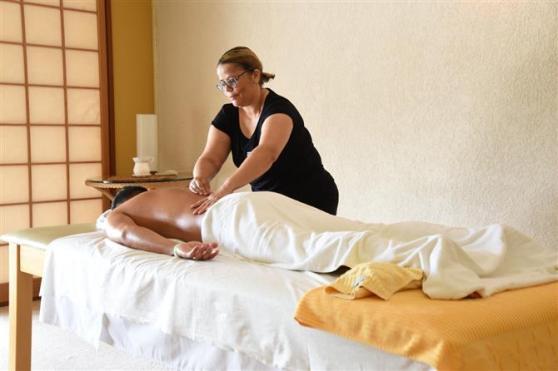 Rodrigo Maihara, do Club Med, passa por uma seção de massagem no spa