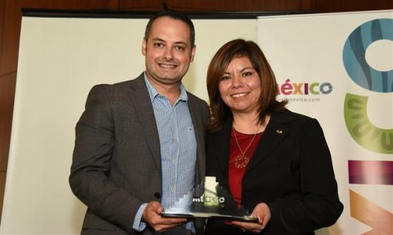Tadeu Leal, da FRT Operadora, recebe o reconhecimento de Diana Pomar