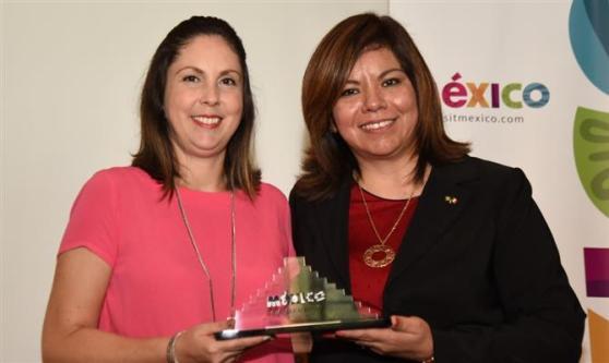 Bruna Freitas, da Aeromexico, recebe seu prêmio
