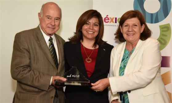 Guillermo Alcorta e Heloísa Prass, da PANROTAS, receberam o prêmio de Diana Pomar