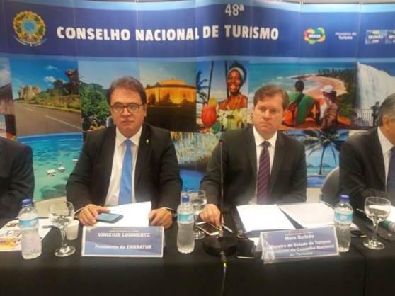 Presidente Vinicius Lummertz e o ministro Marx Beltrão durante encontro do Conselho Nacional do Turismo