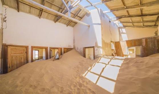 Alguns imóveis foram totalmente tomados pela areia