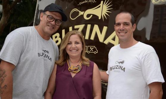A diretora de Marketing e Comunicação da Azul, Claudia Fernandes, ladeada pelos chefs Márcio SIlva e Jorge Gonzalez, do Buzina Food Truck