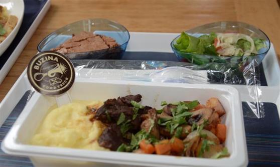 O prato da classe econômica: cozido em vinho tinto com cenoura, bacon, cogumelos e cebola, acompanhado de purê de batata. De sobremesa, brownie de chocolate