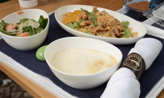 O prato da classe business: salada, salmão e frango ao curry